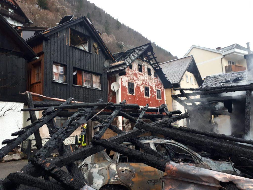 A tűz a tóparti hüttékben keletkezett és a lakóházakra is átterjedt Fotó: Bad Goisern Önkéntes Tűzoltóság